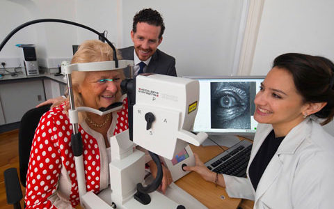 Dr. Marina Green-Gomez und Prof. John M. Nolan vom Nutrition Research Centre Ireland, School of Health Science, Waterford Institute of Technology in Irland während einer Patientenuntersuchung mit dem SPECTRALIS Macular Pigment Optical Volume* (MPOV).